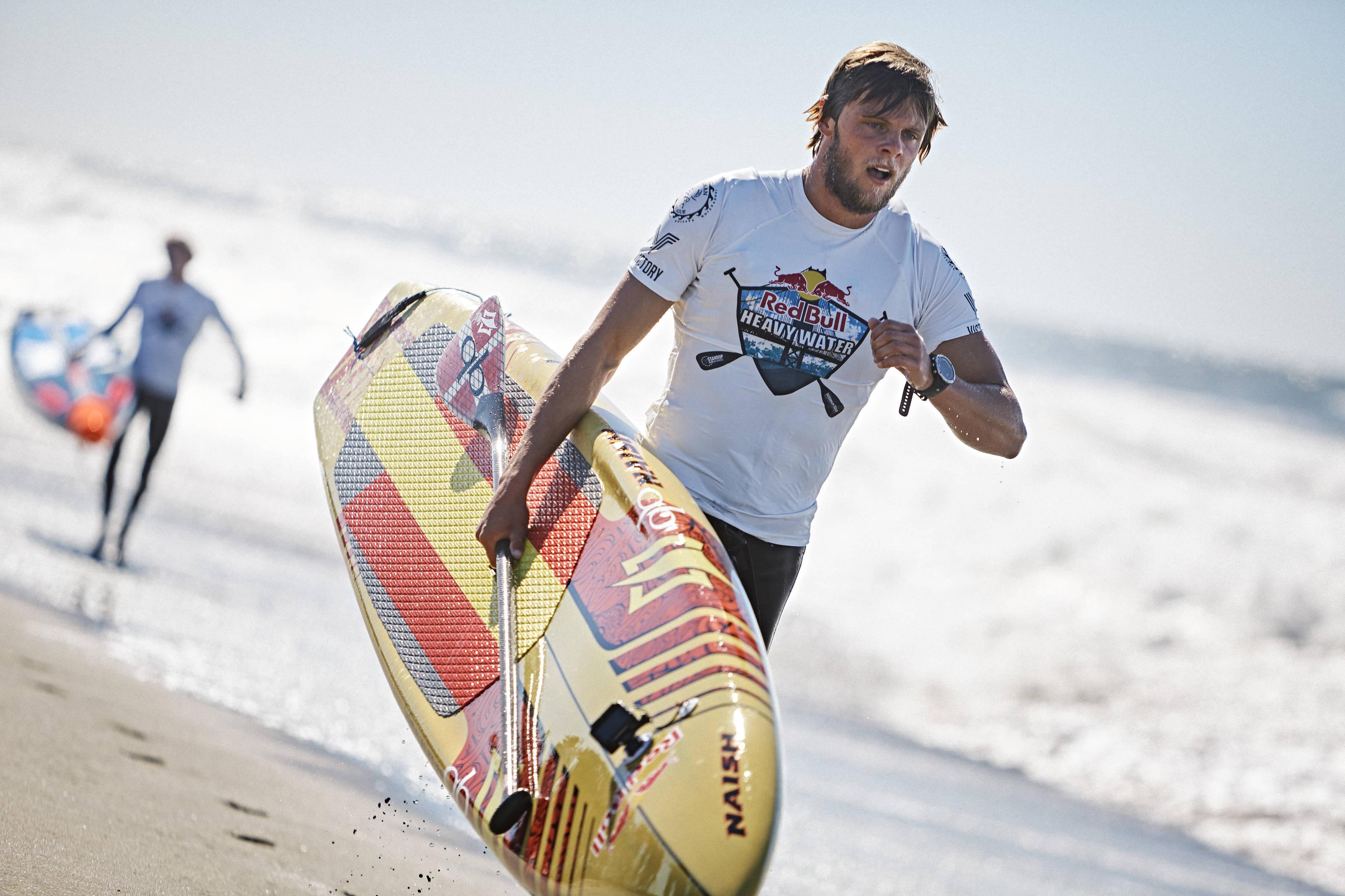 Der skulle også løbes på stranden mellem turene gennem bølgerne. Photo: @Balazs Gardi Red Bull Content Pool